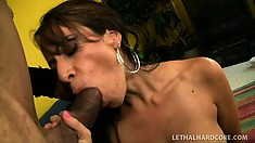 Layla Rider bangs her mechanic for a discount he won't pass up