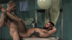 Muscled Yankees kneel in bed to gobble cock and have hot anal sex